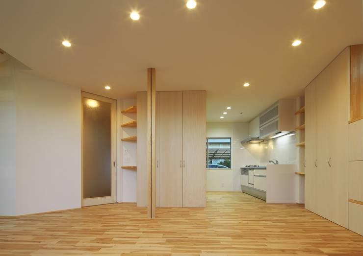狭小地に建つローコストな省エネ住宅: 有限会社 根上建築が手掛けたです。