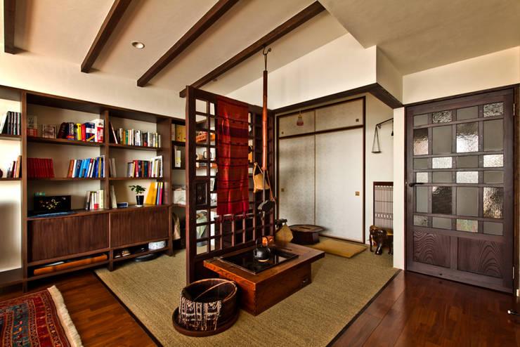 客廳 by エイチ・アンド一級建築士事務所 H& Architects & Associates