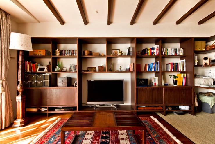 御影の家: エイチ・アンド一級建築士事務所 H& Architects & Associatesが手掛けたリビングです。