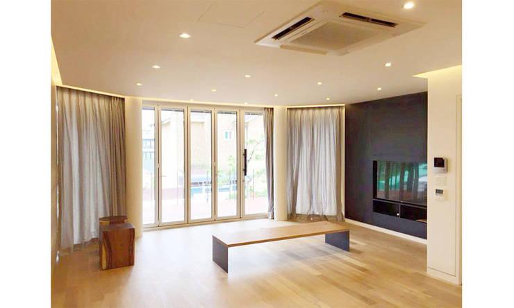 YJ HOUSE : 에이라이브의  거실