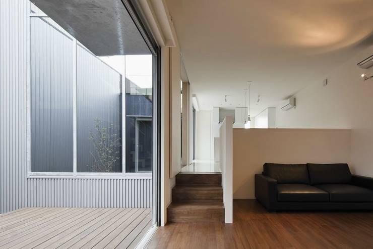奈半利のコートハウス: 有限会社 橋本設計室が手掛けたリビングです。