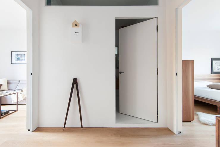 Pasillos, vestíbulos y escaleras de estilo minimalista de Didonè Comacchio Architects Minimalista