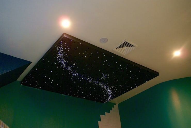 Fiber Optic Star Ceiling Bathroom, spa, pool, sauna with Milky Way + Shooting stars 根據 MyCosmos 地中海風 木頭 Wood effect