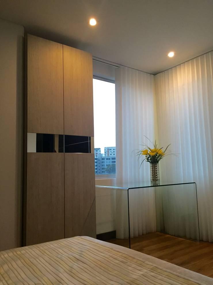 Habitación Dorado Cat: Habitaciones de estilo  por ea interiorismo, Clásico Madera Acabado en madera
