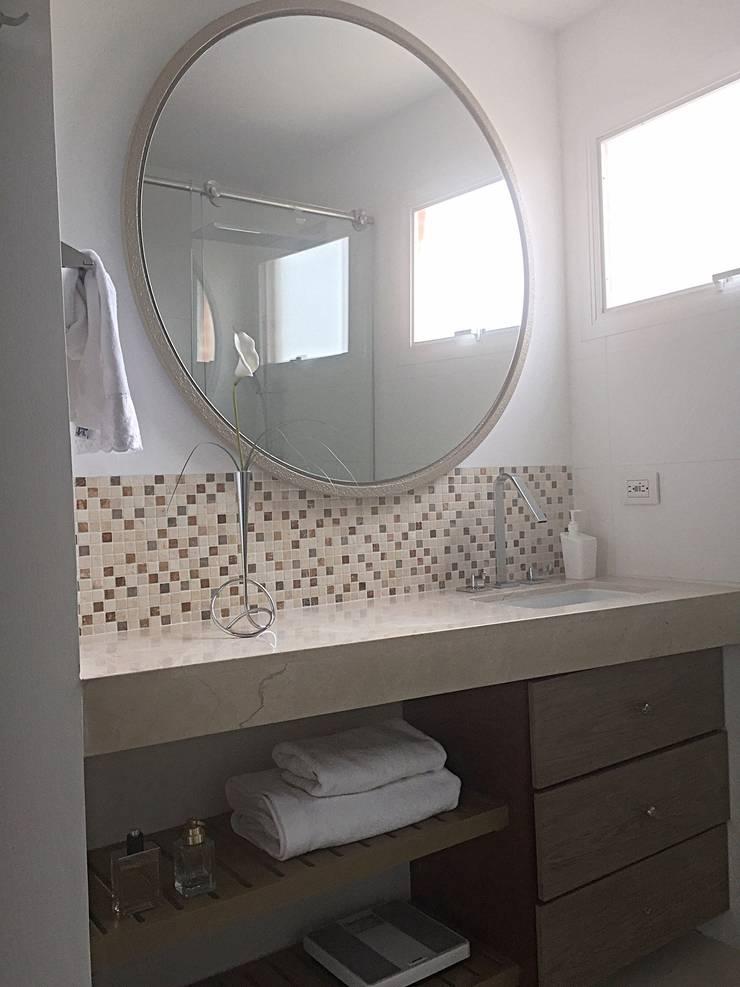 Baño Pequeño Apartaestudio: Baños de estilo  por ea interiorismo