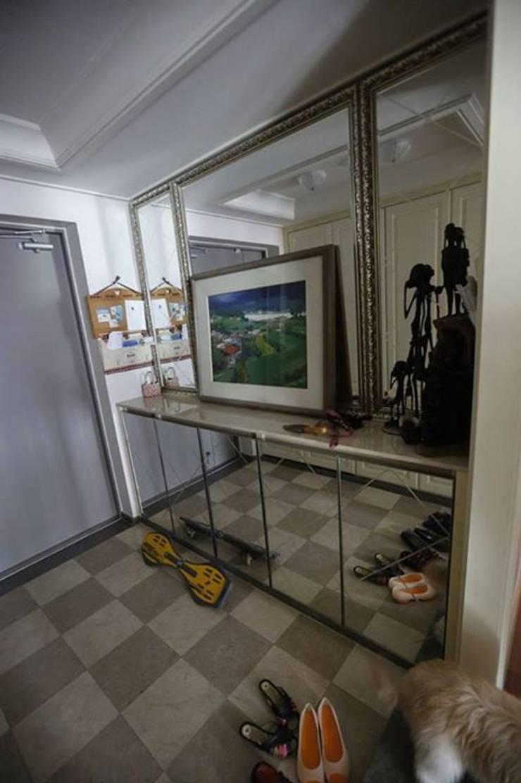 Couloir et hall d'entrée de style  par 구름집 02-338-6835, Moderne Verre