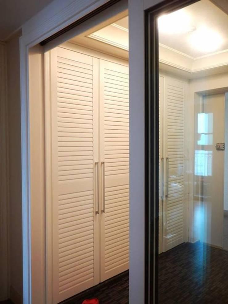 Couloir et hall d'entrée de style  par 구름집 02-338-6835, Moderne MDF