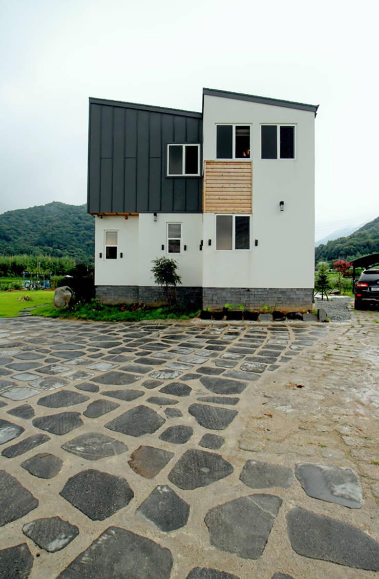 외부 익스테리어 - 옆면: 엔디하임 - ndhaim의  주택