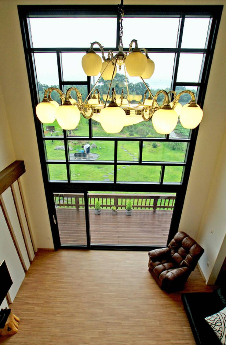 내부 인테리어 - 거실 2층 오픈천정: 엔디하임 - ndhaim의  거실
