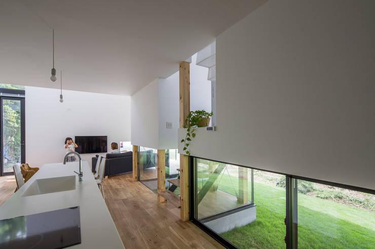 KAWATE: 武藤圭太郎建築設計事務所が手掛けたキッチンです。