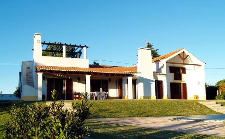 Casa de campo - Almoinha: Casas  por Luis Paixão,Campestre