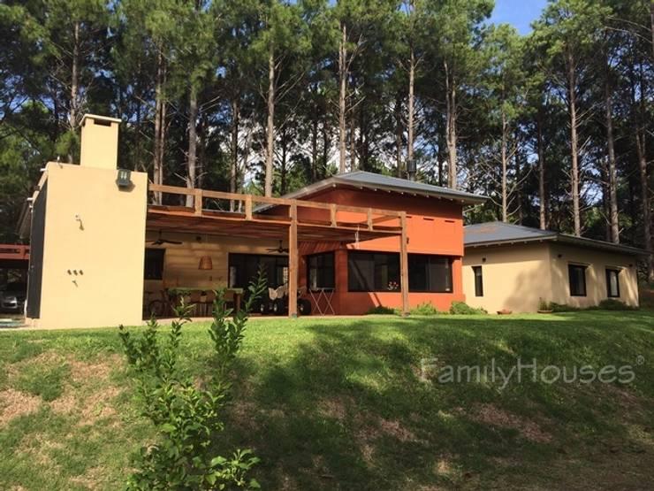 LA CASA DEL BOSQUE: Casas de estilo clásico por Family Houses