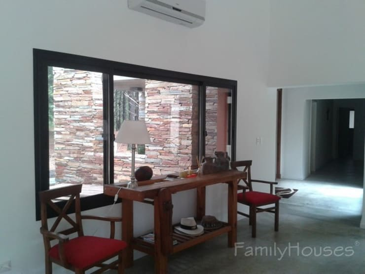 LA CASA DEL BOSQUE: Livings de estilo  por Family Houses