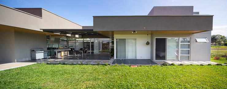 Vista Fachada detalle Fachada Posterior: Casas de estilo  de J-M arquitectura