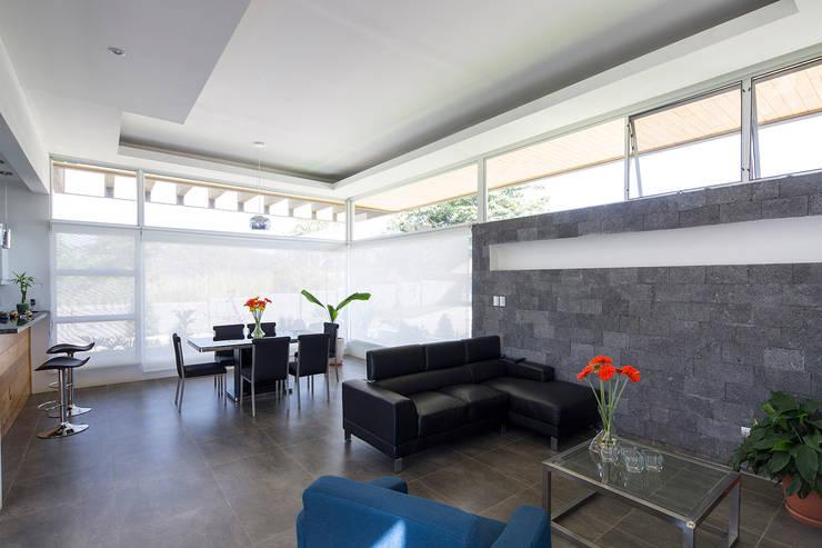 Sala de estar y comedor: Comedores de estilo  de J-M arquitectura