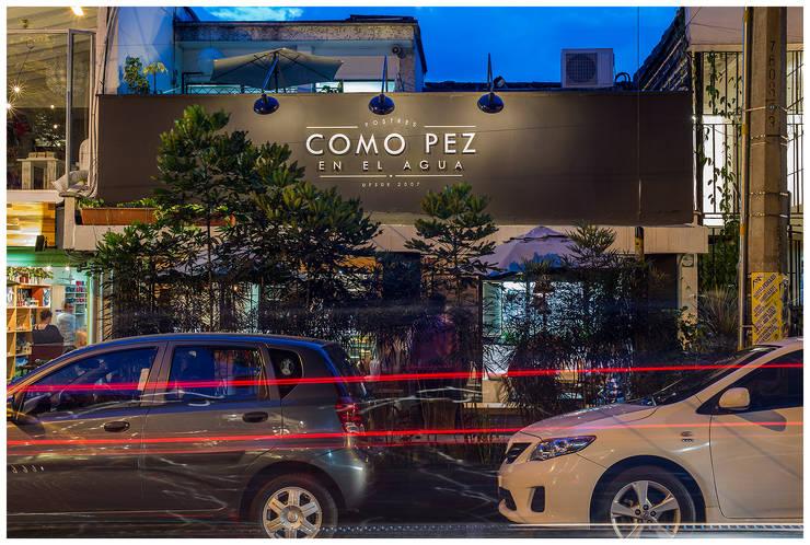 fachada acceso: Locales gastronómicos de estilo  por interior137 arquitectos