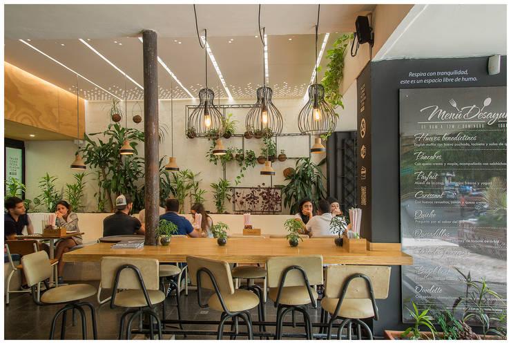 Reforma Reposteria Como Pez en el Agua: Locales gastronómicos de estilo  por interior137 arquitectos
