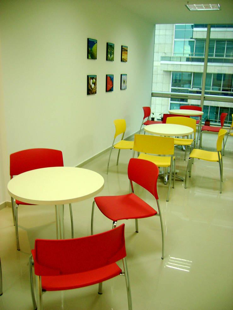 Oficinas Kendle: Oficinas y tiendas de estilo  por Arquitectura Visual