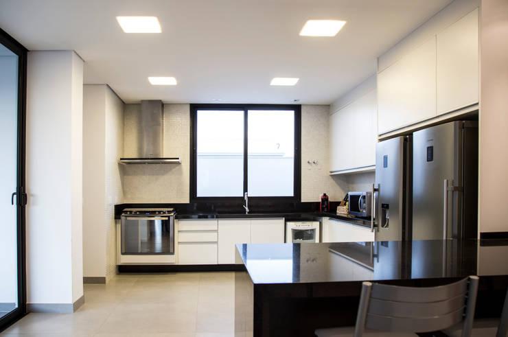 RESIDÊNCIA CS: Cozinhas modernas por F:POLES ARQUITETOS ASSOCIADOS