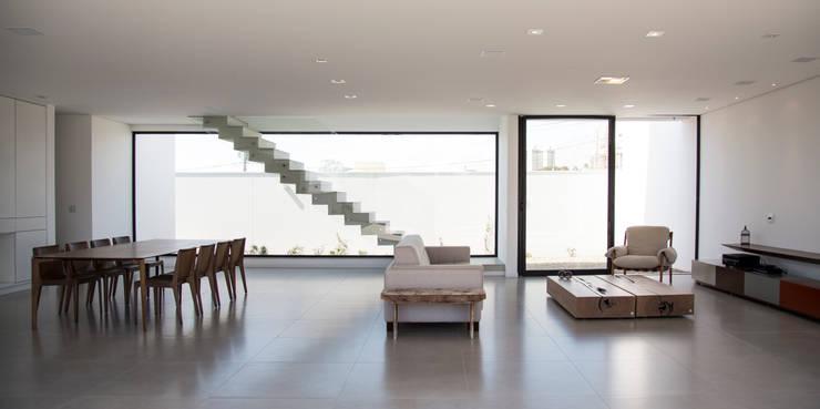 RESIDÊNCIA CS: Salas de estar modernas por F:POLES ARQUITETOS ASSOCIADOS