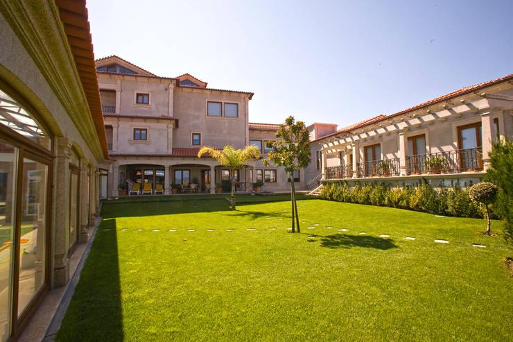 Moradia de estilo tradicional: Casas  por AET XXI - Projetos de Arquitetura e Engenharia de Tondela, Lda