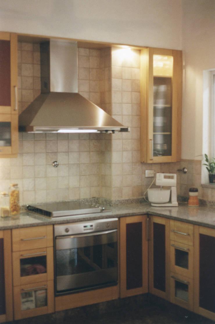 Antes y después de la cocina de María. Año 2000:  de estilo  por Carolina Chiechi, arquitecta.