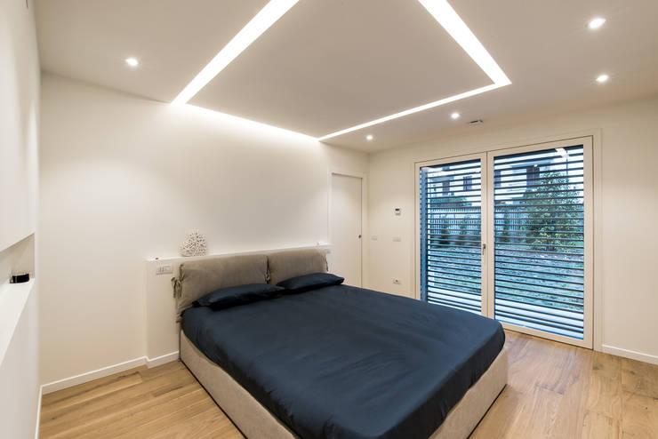 PASSIVE HOUSE: Camera da letto in stile  di Tommaso Giunchi Architect