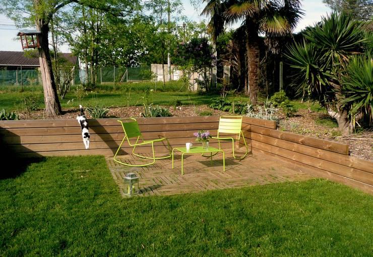 Terrasse et pelouse: Jardin de style  par Constans Paysage