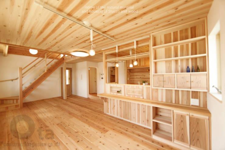 藍住町S様邸: 株式会社Ota建築設計が手掛けたリビングです。