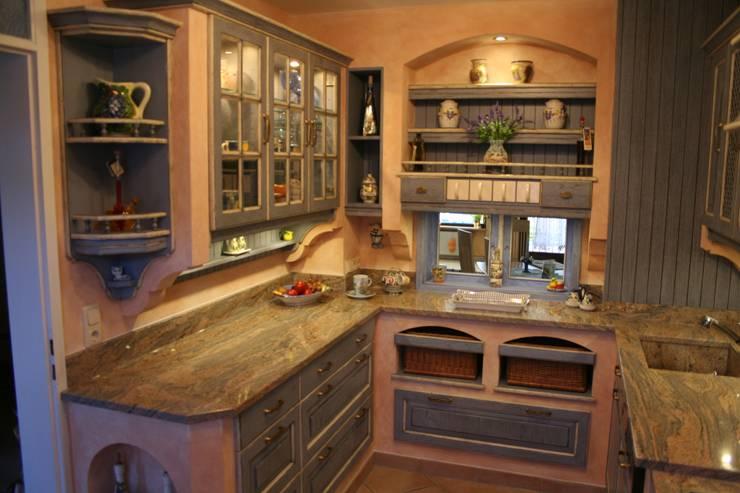 Gemauerter Fensterbogen und eingemauerte Weidenkörbe in einer Villa Medici Küche im mediterranen Stil:  Küche von Villa Medici - Landhauskuechen aus Aschheim