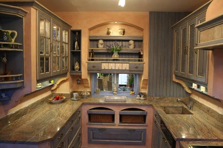 Eiche Küche Modell Nizza Blau weiss:  Küche von Villa Medici - Landhauskuechen aus Aschheim