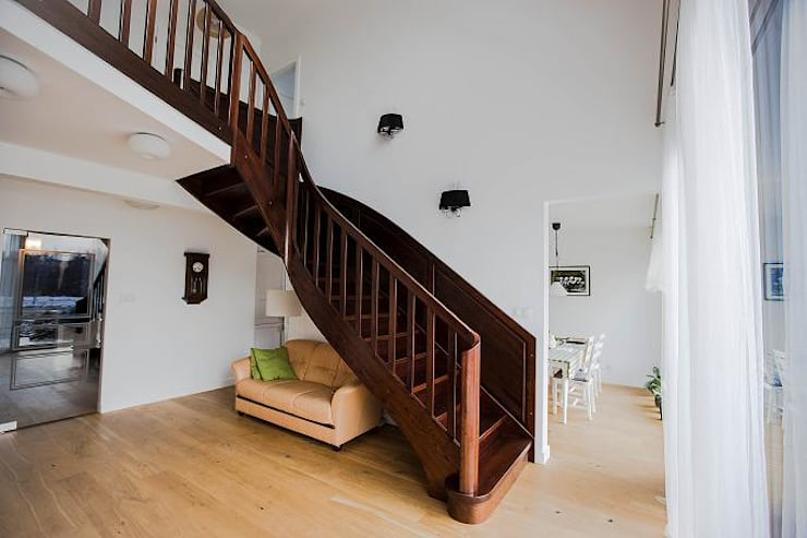 Schody dębowe: styl , w kategorii Korytarz, hol i schody zaprojektowany przez Firma Strzałka