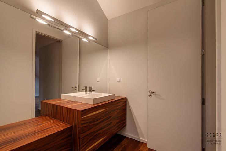 Casa JF02 - Ovar | Reabilitação de Moradia: Casas de banho modernas por ARKHY PHOTO