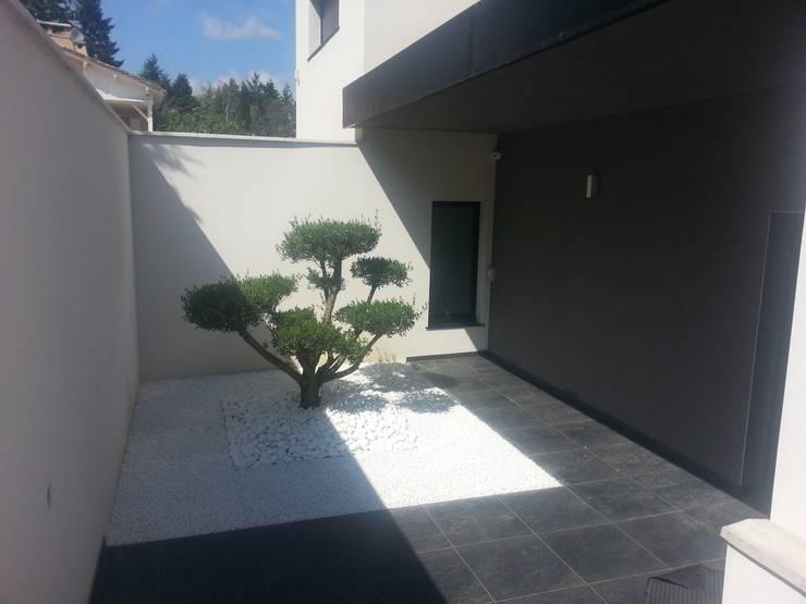 Terrasse dans villa ultra moderne: Terrasse de style  par Concept Creation