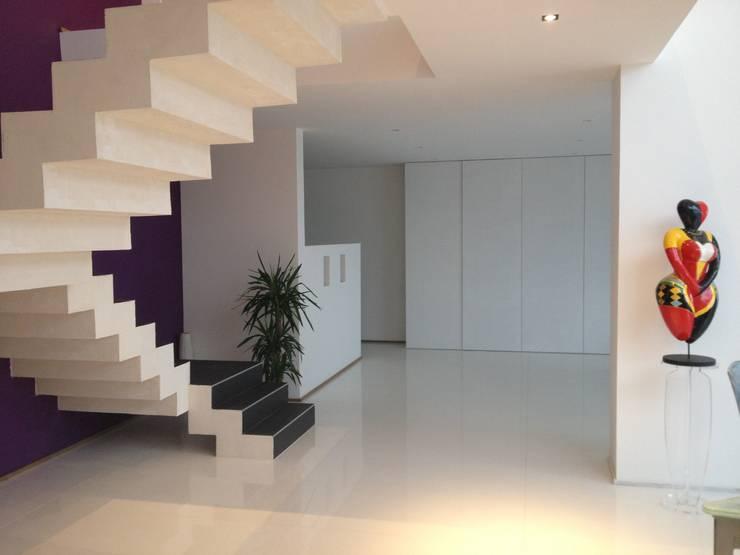Escaliers modernes: Couloir et hall d'entrée de style  par Concept Creation