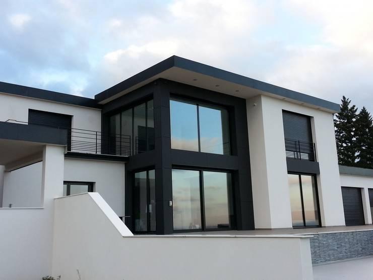 Façade extérieure d'une villa contemporaine dans le rhône: Maisons de style  par Concept Creation