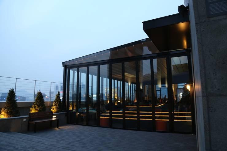 명동 롯데 호텔 21층 루프탑바 설치전경 ( lotte L 7 hotel    21st floor  rooftop bar   : novo skyawning): 실링하우스 ( ceilinghouse)의  베란다