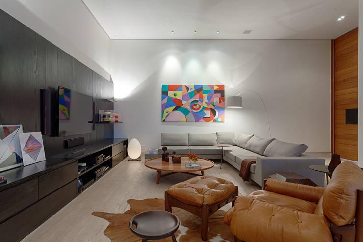 Vila Alpina II: Salas de estar modernas por Bruna Figueiredo Arquitetura e Interiores