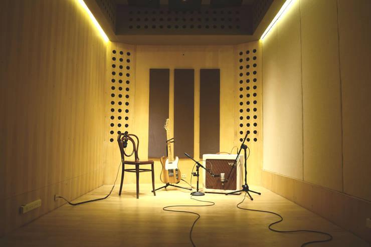 Interior sala de grabaciones: Oficinas y Tiendas de estilo  por MLL arquitecta