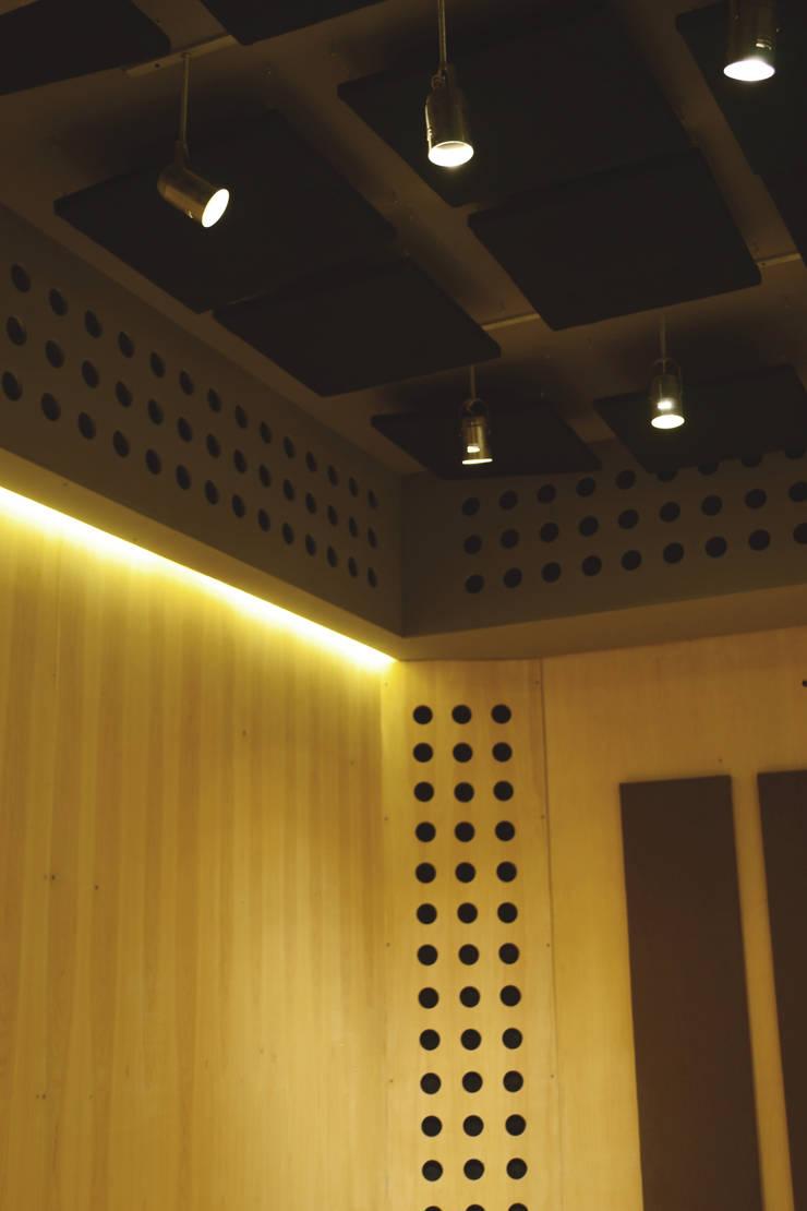 Detalle de iluminación: Oficinas y Tiendas de estilo  por MLL arquitecta