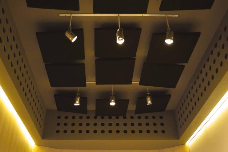 Detalle de iluminación y paneles acústicos: Oficinas y Tiendas de estilo  por MLL arquitecta