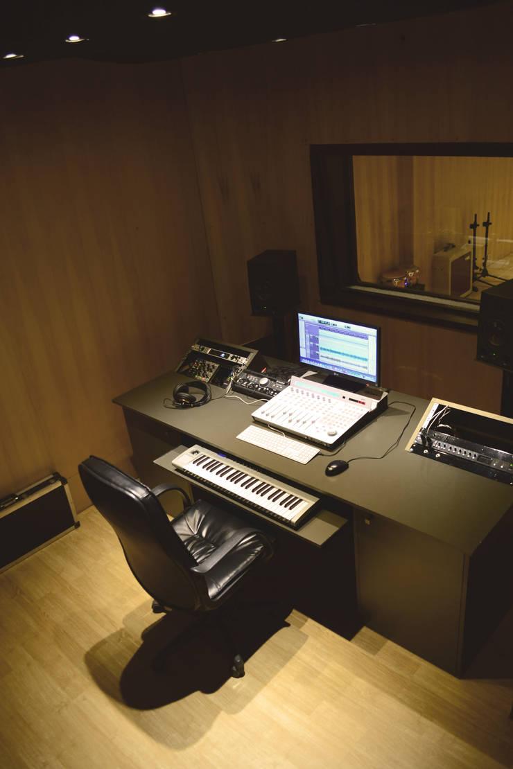 Equipamiento control room: Oficinas y Tiendas de estilo  por MLL arquitecta