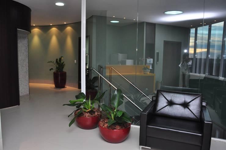 Hall Superior - Business Center : Corredores e halls de entrada  por DERALDO CAMPOS ARQUITETURA & URBANISMO