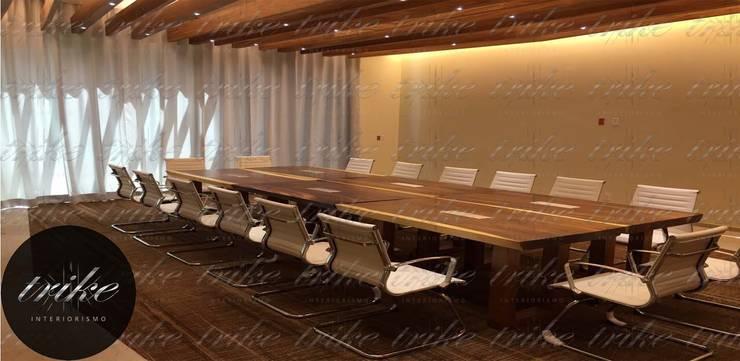 Mesa sala de Juntas Madera: Estudio de estilo  por Trike Interiorismo