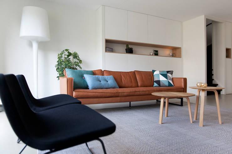Gerestylde woonkamer in IJburg:  Woonkamer door Interieur Design by Nicole & Fleur