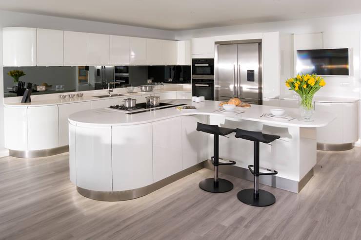 Urban Style curved gloss white kitchen:  Kitchen by Urban Myth