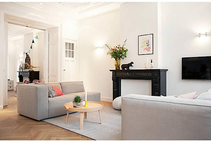 Een verdieping van een herenhuis:  Woonkamer door Interieur Design by Nicole & Fleur, Scandinavisch
