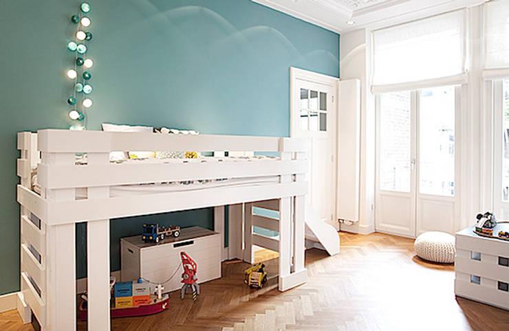 Een verdieping van een herenhuis: scandinavische Kinderkamer door Interieur Design by Nicole & Fleur