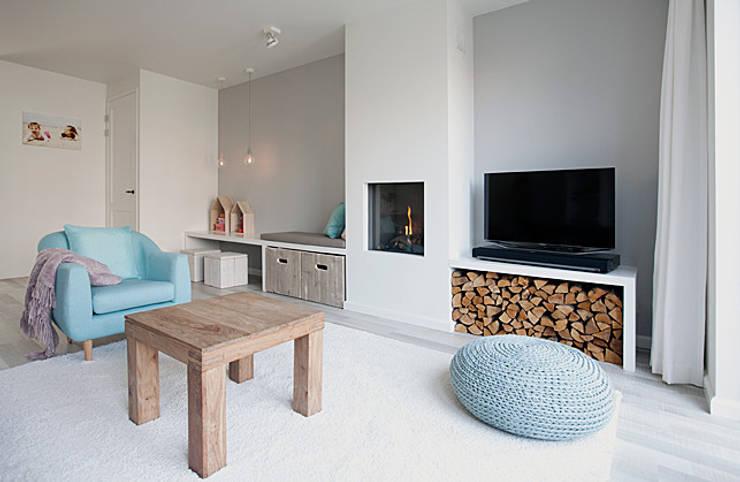 Een romantische woonkamer:  Woonkamer door Interieur Design by Nicole & Fleur