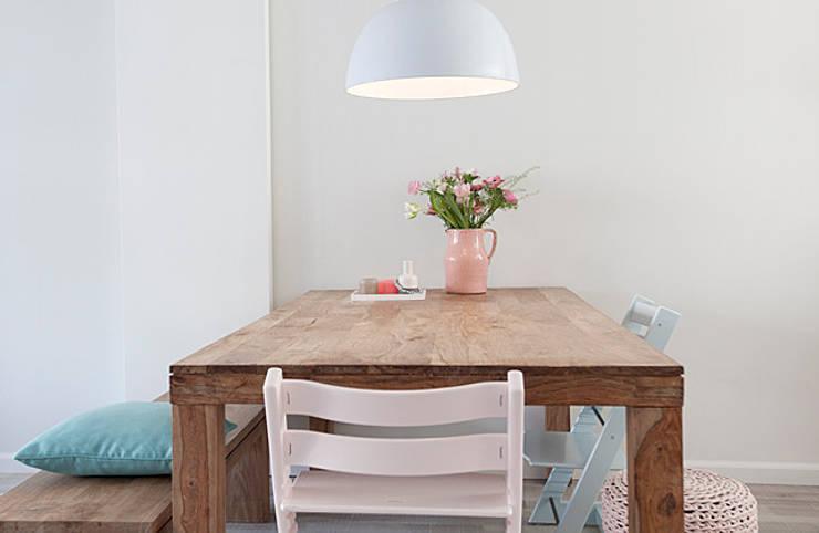 Een romantische woonkamer:  Eetkamer door Interieur Design by Nicole & Fleur